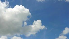 Tijdtijdspanne van wolk over blauwe hemelachtergrond stock videobeelden