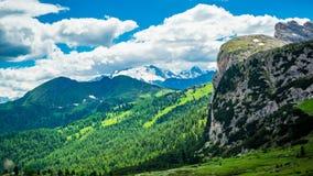 Tijdtijdspanne van wolken die in de blauwe hemel over het kalksteen van Italiaanse Alpen het Dolomiet bewegen stock video