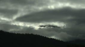 Tijdtijdspanne van wolken die door helling rollen stock videobeelden