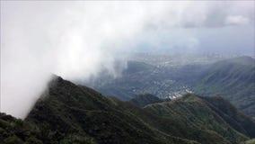 Tijdtijdspanne van wolken die over bergpiek beklimmen stock videobeelden