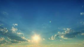tijdtijdspanne van wolken met de zon. stock footage