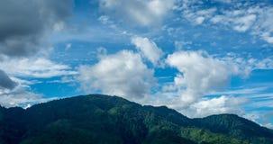 Tijdtijdspanne van wolken over berg stock footage