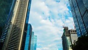 Tijdtijdspanne van wolken over wolkenkrabber stock videobeelden