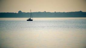 Tijdtijdspanne van zeilboot veel weg op meer of rivier stock footage