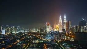 Tijdtijdspanne van zonsondergang aan zonsopgang bij Kuala Lumpur-stadshorizon stock video