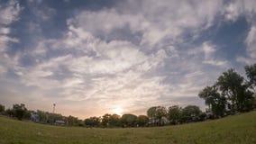 Tijdtijdspanne van zonsondergang in bewolkte hemel in Bahawalpur Pakistan stock video