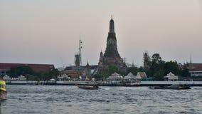 Tijdtijdspanne van zonsonderganghemel met de rivier van Wat Arun en Chao Phra Ya-(Dag aan nachtscène) stock videobeelden