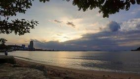 Tijdtijdspanne van zonsonderganghemel met strand en boom stock footage
