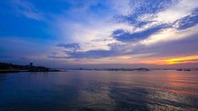 Tijdtijdspanne van zonsonderganghemel op zee stock video