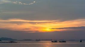Tijdtijdspanne van zonsonderganghemel op zee met vissersbootsilhouet stock videobeelden