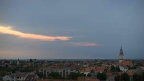 Tijdtijdspanne van zonsonderganghemel over kleine stad stock videobeelden
