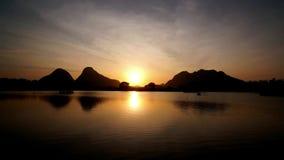 Tijdtijdspanne van zonsopgang door de oever van het meer stock videobeelden