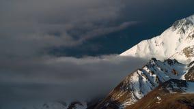Tijdtijdspanne, wolkenwerveling over bergen met sneeuw worden bestrooid die stock footage