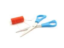 Tijeras, aguja y cuerda de rosca Imagen de archivo libre de regalías