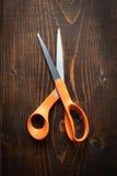 Tijeras anaranjadas Fotos de archivo libres de regalías