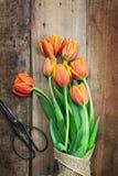 Tijeras antiguas y Bouguet de tulipanes Foto de archivo