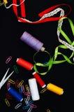 Tijeras, bobinas con el hilo Sistema de hilos coloreados en la bobina con las tijeras Kit de costura Accesorios de costura: tijer Imagenes de archivo