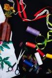Tijeras, bobinas con el hilo Sistema de hilos coloreados en la bobina con las tijeras Kit de costura Accesorios de costura: tijer Foto de archivo
