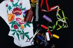 Tijeras, bobinas con el hilo Sistema de hilos coloreados en la bobina con las tijeras Kit de costura Accesorios de costura: tijer Foto de archivo libre de regalías