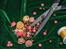 Tijeras, botones y tela Fotografía de archivo libre de regalías