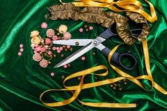 Tijeras, botones y tela Foto de archivo libre de regalías