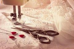 Tijeras de costura con los pernos en forma de corazón Imágenes de archivo libres de regalías