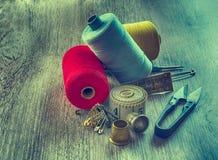 Tijeras de costura del hilo Fotos de archivo