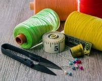 Tijeras de costura del hilo Fotografía de archivo