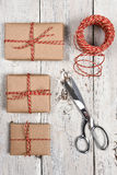 Tijeras de la guita de los regalos de Navidad Imagen de archivo libre de regalías