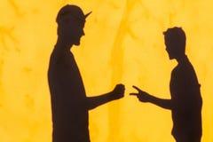 Tijeras de la roca de pared de las sombras de los adolescentes Imágenes de archivo libres de regalías