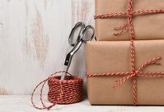 Tijeras de la secuencia de los regalos de la Navidad del primer Fotografía de archivo libre de regalías