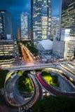 Tijeras de Tokio Shinjuku durante hora azul Orientaci?n del retrato fotos de archivo