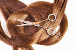 Tijeras del peluquero en el pelo Imagen de archivo libre de regalías