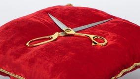 Tijeras divulgadas en la almohada roja rotación blanco almacen de video
