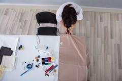 Tijeras femeninas de Cutting Cloth With del diseñador de moda imagen de archivo libre de regalías