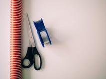 Tijeras, friso y papel de embalaje para preparar los regalos de la Navidad imagen de archivo