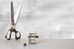 Tijeras grandes viejas profesionales del sastre y modelo miniatura de b foto de archivo