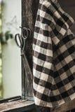 Tijeras oxidadas del vintage en viejo fondo de madera Foto de archivo libre de regalías