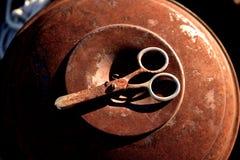 Tijeras oxidadas en una poder oxidada del metal Imagen de archivo libre de regalías