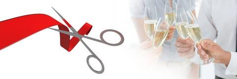 Tijeras que cortan la cinta con la gente que sostiene el champán fotos de archivo