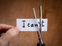 Tijeras que cortan la etiqueta negativa, concepto de la motivación del uno mismo Foto de archivo