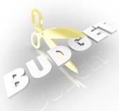 Tijeras que cortan las medidas de austeridad de la palabra del presupuesto que reducen costes Imagenes de archivo