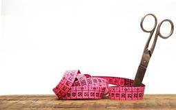 Tijeras viejas y cinta de medición Imágenes de archivo libres de regalías