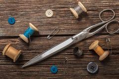 Tijeras y accesorios de costura Fotos de archivo