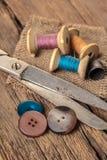 Tijeras y accesorios de costura Imágenes de archivo libres de regalías