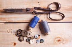 Tijeras y botones Fotografía de archivo