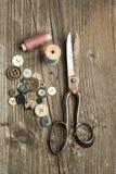 Tijeras y botones Imágenes de archivo libres de regalías