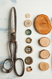 Tijeras y botones Fotos de archivo libres de regalías
