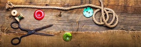Tijeras y botones del hilo Imagen de archivo libre de regalías