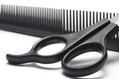 Tijeras y cepillo para el pelo Fotografía de archivo